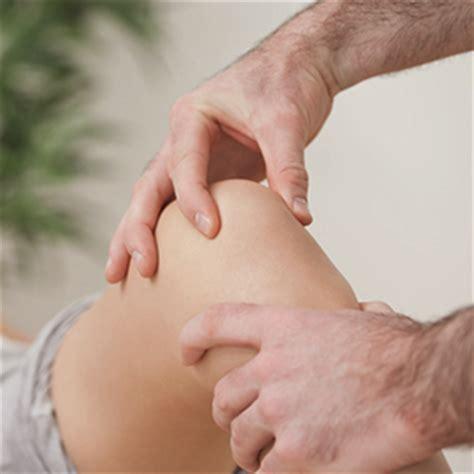 schmerzen im knie im liegen humanum physiotherapie knieschmerzen wissenswertes