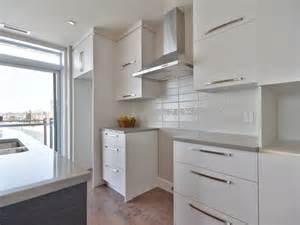 cuisine moderne avec comptoir de quartz facile d entretien