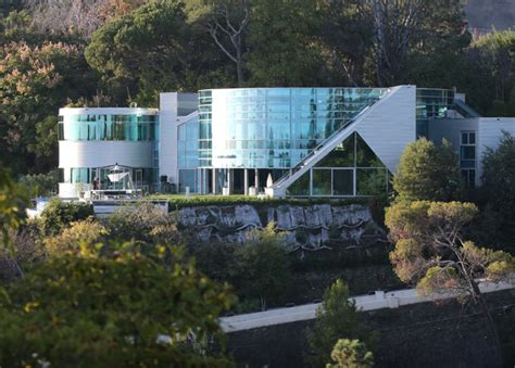 justin beiber house justin bieber moves into a new glass mansion