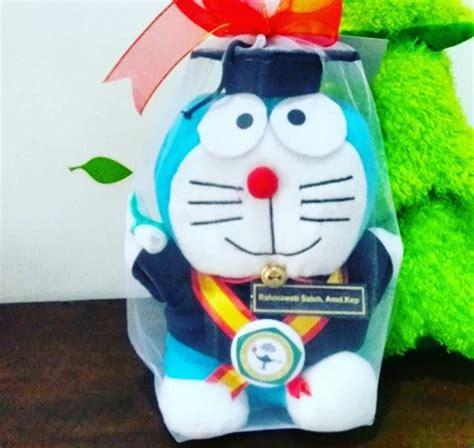 Boneka Wisuda Doraemon doraemon boneka wisuda akperyakpermas kado wisudaku