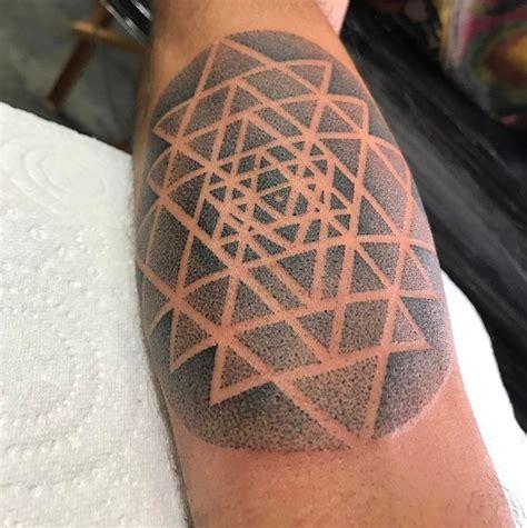 yantra tattoo neck ヤントラのタトゥー のおすすめアイデア 25 件以上 pinterest 幾何学タトゥーデザイン 幾何学