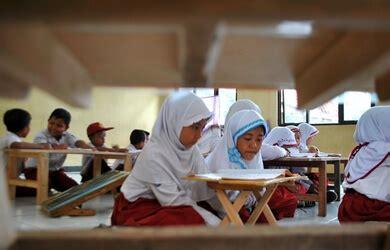 Meja Belajar Di Bekasi ngedeprok di lantai siswa sd negeri di karang bahagia