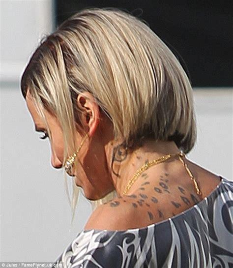 cameron diaz tattoo cameron diaz sports cheetah on neck on set of