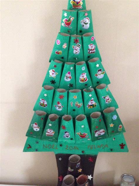 calendrier de l avent 224 fabriquer en forme de sapin avec des rouleaux de papier toilette