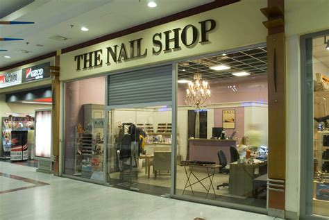 Manicure Di The Nail Shop thi蘯セt k蘯セ ti盻 nail n盻冓 th蘯 t c豌盻拵g th盻杵h