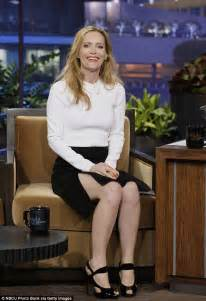 leslie mann laugh leslie mann turns embarrassing mum on jay leno show