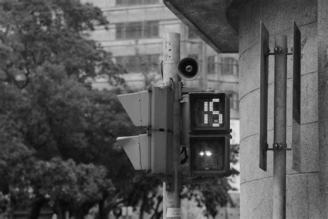 gambar hitam  putih rumah mengangkut lampu jalan