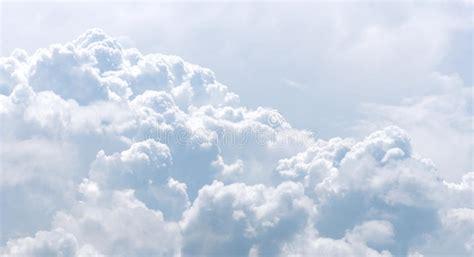 imagenes nubes blancas nubes blancas y grises en cielo azul foto de archivo