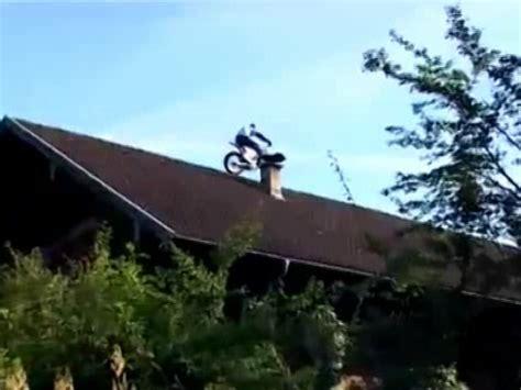 Trial Motorrad Anmelden by Motorrad Trial Stunt Chris Pfeiffer Auf Dem Hausdach Beim