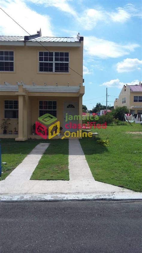 beautiful  bedroom townhouse  rent  berkshire courts spanish town st catherine townhouses