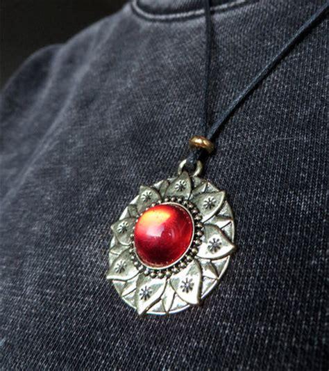 fiore di loto simbologia collana fiore di loto in oro anticato e resina colore