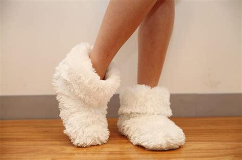 fuzzy bedroom slippers best 25 fuzzy slippers ideas on pinterest bunny