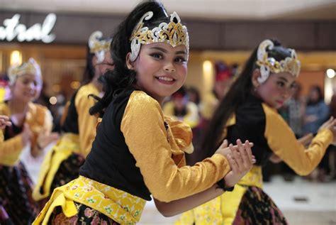 tutorial indonesia menari 2017 over 3 000 people dance at indonesia menari 2017 art