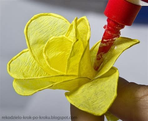 How To Make Flowers Out Of Crepe Paper - how to make a flower out of crepe paper 183 how to make a