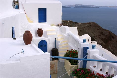 greek houses file a greek house and walls rendered and white washed jpg wikimedia commons