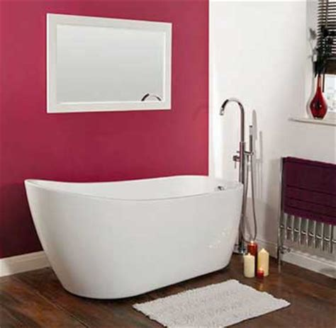 Incroyable Astuce Deco Salle De Bain #9: baignoire-sabot-dans-salle-de-bain-zen-deco-rose-et-blanc.jpg