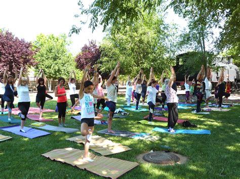 imagenes de yoga al aire libre encuentro con el yoga en su d 237 a internacional en una