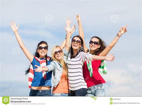 imagenes de jovenes libres adolescentes hermosos o mujeres jovenes que se divierten