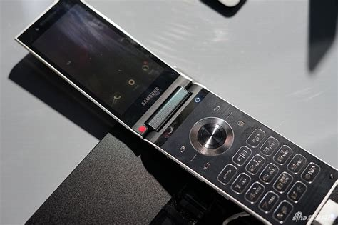 samsung w2018 flip phone has dual displays and an f 1 5