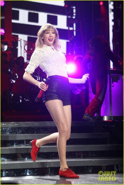 Taylor Swift Club Red Fan Meet Greet In Newark Photo