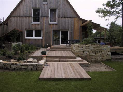 Holzterrasse Mit überdachung by Holzterrasse Mit Trockenmauern Und Stufen Klassisch