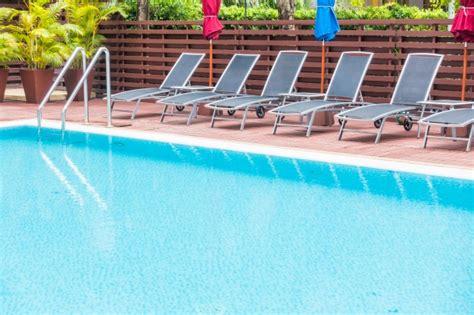 hamacas de piscina piscina con hamacas ordenadas en fila descargar fotos gratis