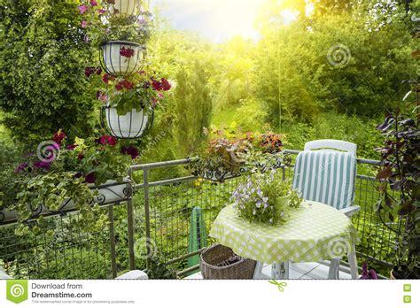 terrazzo o balcone terrazzo o balcone di estate con la piccola tabella