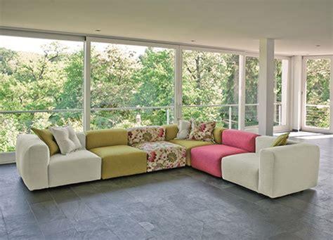 divani moderni colorati come arredare il salone con divani colorati idee