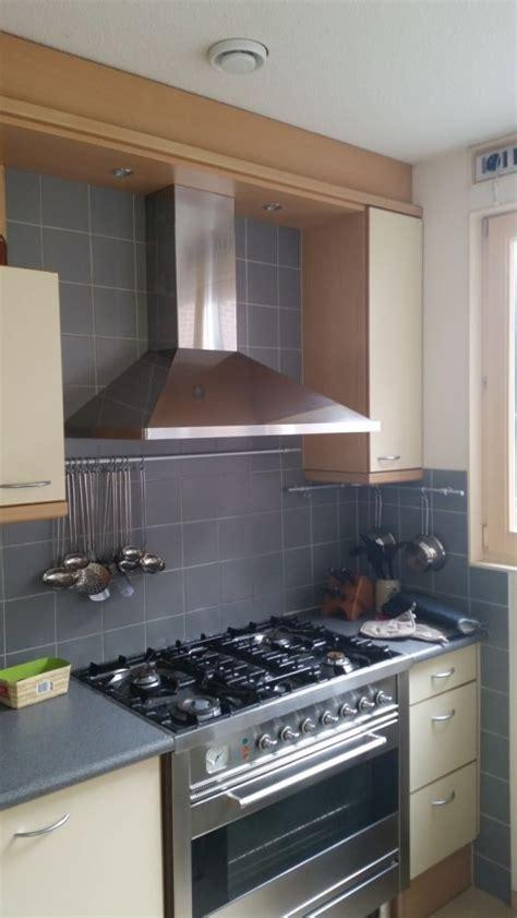 stucen en verven stucen en verven over tegels in keuken