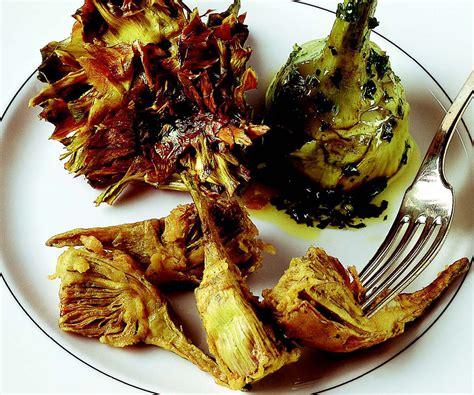 cucinare i carciofi romaneschi ricetta carciofi alla romana alla giudia e fritti la