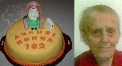 a letto con la nonna festeggia i 102 anni con figli e nipoti poi nonna