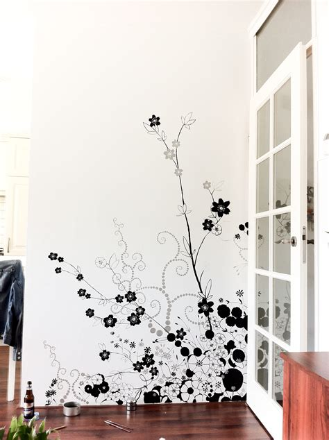 Fascinating living space design perfected by red white flowers of mesmerizing three different