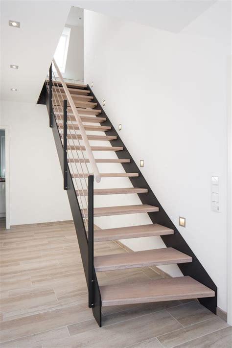 handlauf treppe innen hpl treppe mit stufen und handlauf in der holzart eiche