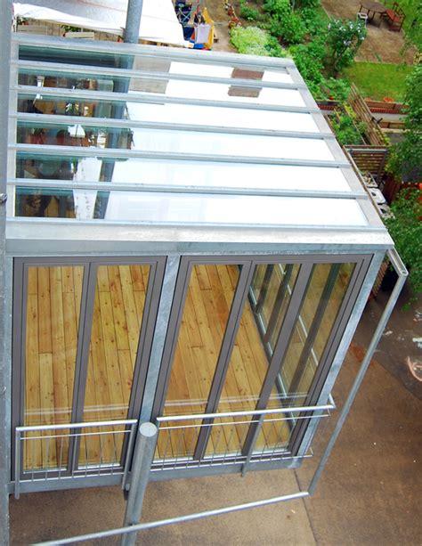 balkon mit überdachung balkon mit wintergarten stahlblau