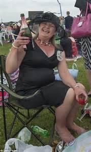 donne senza niente addosso al volante hold onto those hats drunken racegoers feel the effects