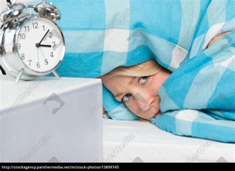 unter der bettdecke frau liegt schlaflos unter der bettdecke lizenzfreies
