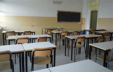 banchi scuola elementare portici topo morto nella scuola don bosco il comune