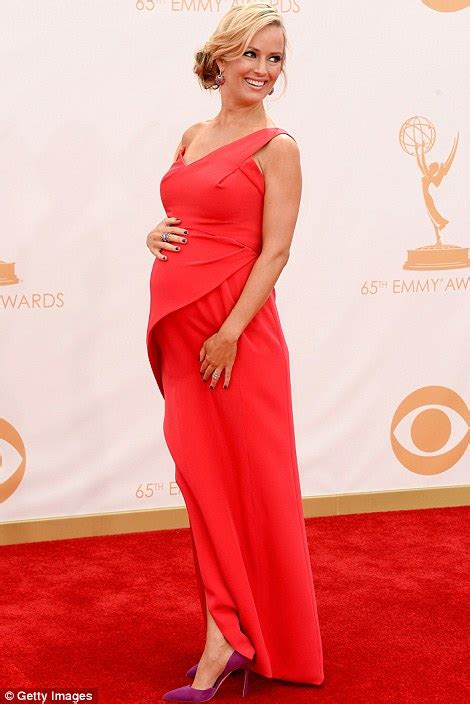 mindy kaling zwanger pregnant in red homeland s morena baccarin dressed her