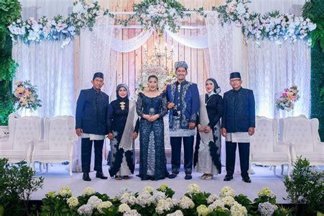 1707069 Biru Tua Gaun Pengantin Wedding Gown Wedding Dress calon mempelai yang berbahagia 17 inspirasi kebaya dan beskap ini bisa kamu contek