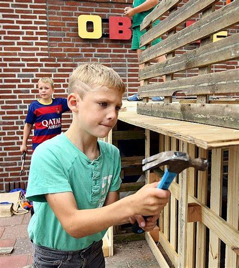 hutten möbel jeugd bouwt hutten tijdens spijkerweek waldnet nieuws