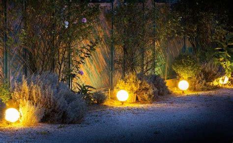 illuminazione vialetti giardino vialetto giardino crea giardino come realizzare