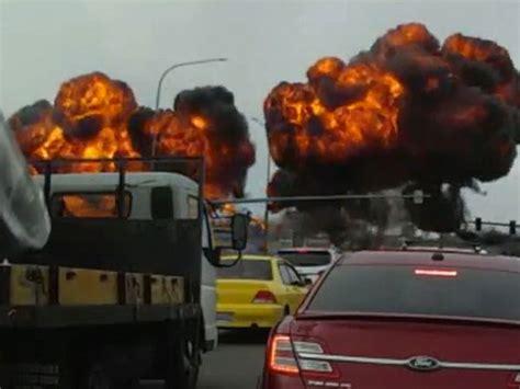 detik api detik detik dramatis pesawat jatuh ke jalanan dan