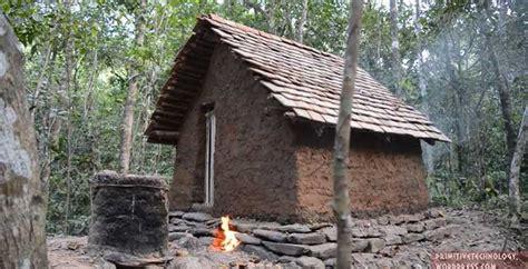 hutte primitive construction d une cabane avec un toit en tuile 224 partir
