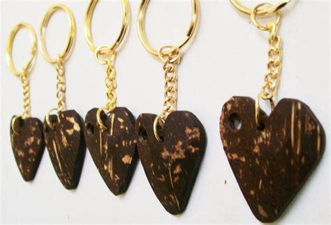 membuat gantungan kunci dari kayu kerajinan tangan dari batok kelapa gantungan kunci