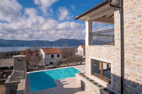 haus mit 2 wohnungen kaufen luxuri 246 ses neues haus mit steinfassade und pool auf krk