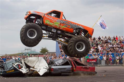 monster trucks show uk un show de cascades avec voiture et monster truck youtube
