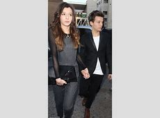 Louis Tomlinson jets into Manchester to attend girlfriend ... Louis With Eleanor