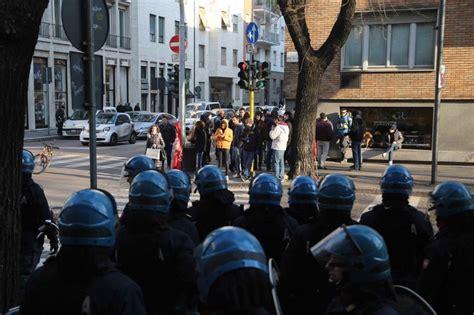 questura di fermo permesso di soggiorno antagonisti protestano davanti alla questura per