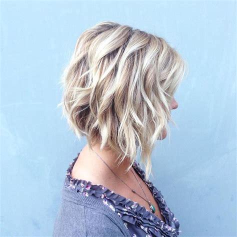 Carré plongeant bouclé   coiffure femme ultra tendance à
