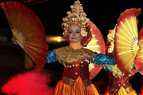 Kipas Tari tari kipas serumpun wujud kebersamaan dalam kegembiraan indonesiakaya eksplorasi budaya